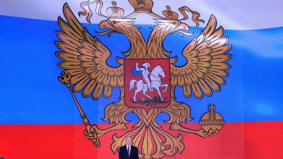Putin tras una bandera rusa