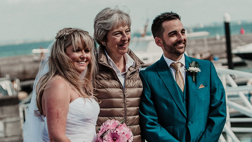 PM's wedding crasher photo surprise for Cowes couple