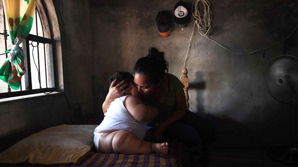Luis Manuel sentado en una cama recibe un abrazo y un beso de su madre Isabel Pantoja