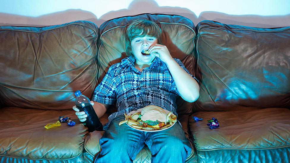 Es mejor para la salud comer lentamente y sin distracciones y evitar sentarse en el almuerzo o la cena frente a la televisión.