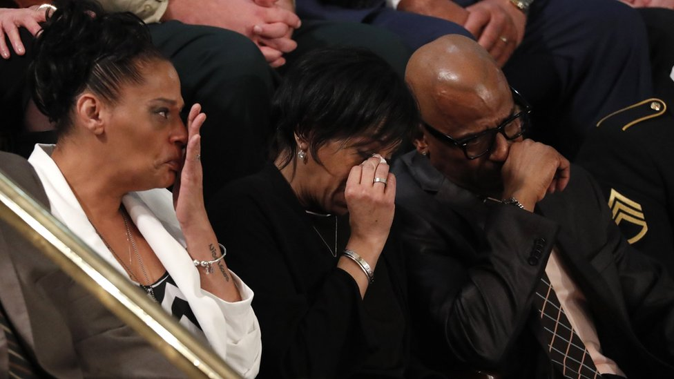 Los padres de las víctimas de la Mara Salvatrucha lloran durante el discurso de Trump