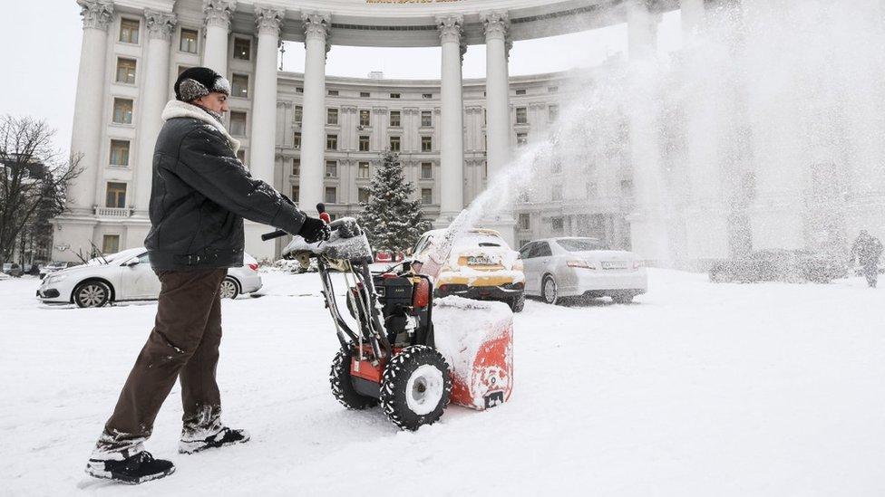 Негода знову ускладнює життя українцям