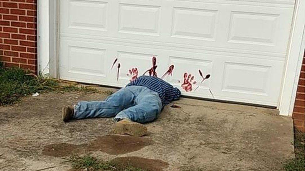 Хэллоуинское чучело приняли за обезглавленного человека