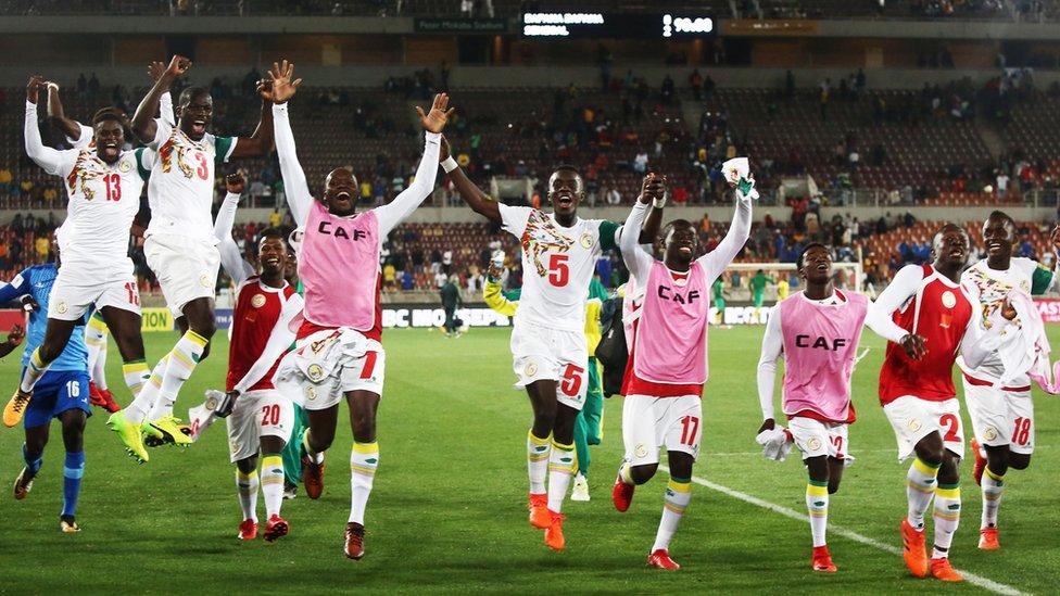لاعبو السنغال يحتفلون بعد نهاية المباراة