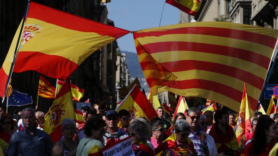 Una bandera española y una señera