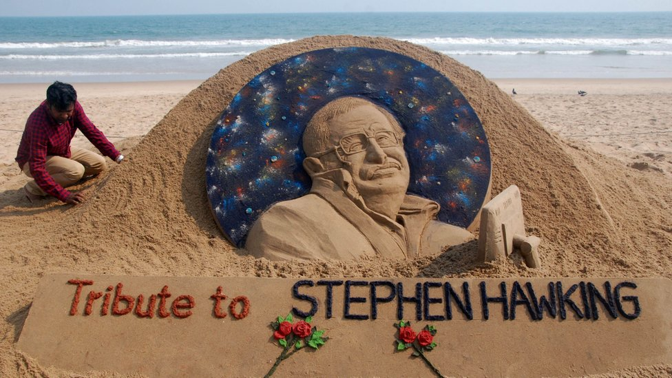 Tributo en arena a Stephen Hawking.