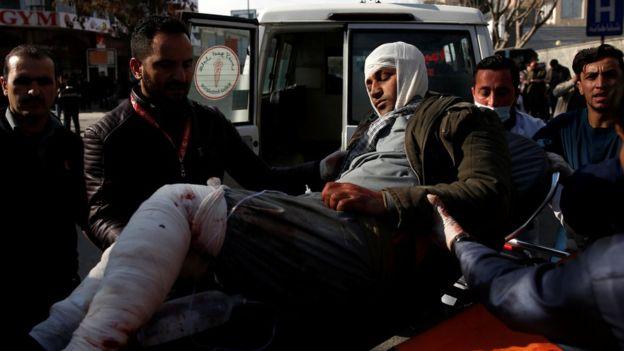 مسعفون ينقلون المصابين في الهجوم للمستشفيات