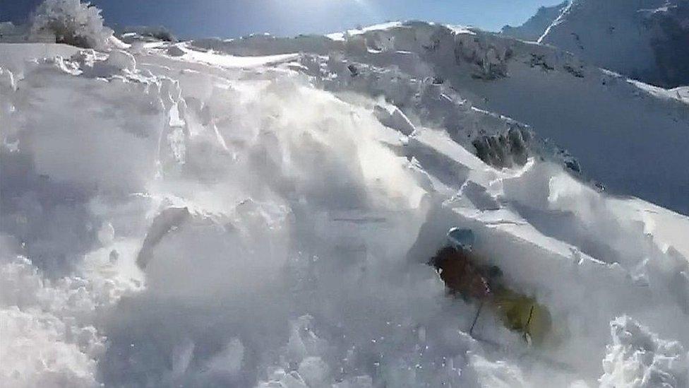 Лыжники вызвали лавину в австрийских альпах
