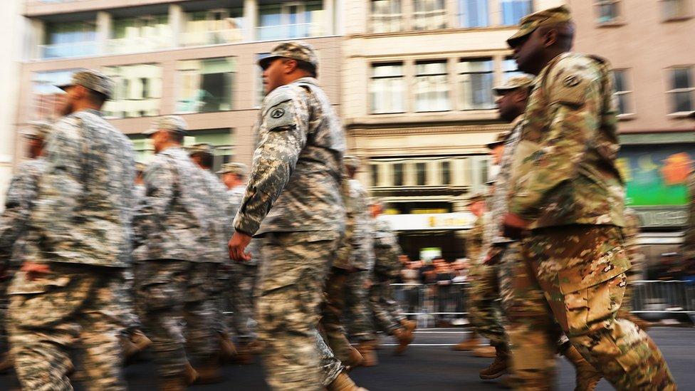 Miembros del Ejército de EE.UU. desfilan en Nueva York.