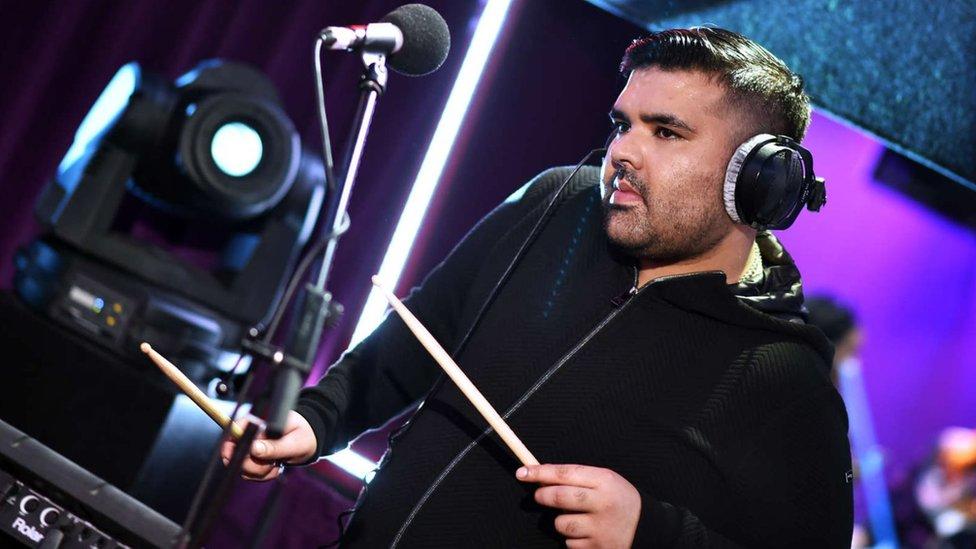 Михаил житов исполняет песню la la la диджея naughty boy и британского певца сэма смита