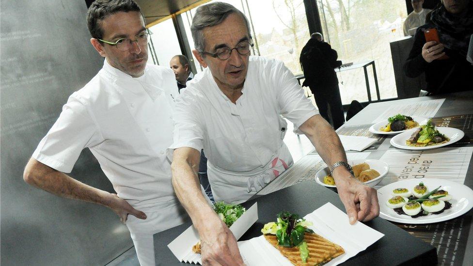 Sebastien y Michel Bras preparando un plato.