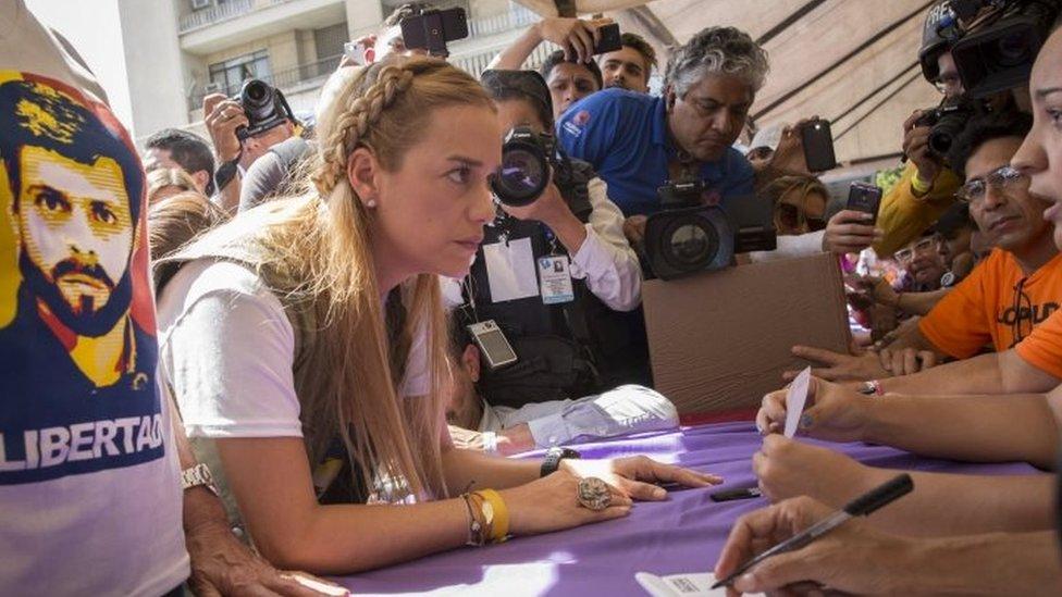 Lilian Tintori, esposa del líder opositor Leopoldo López, vota en Plaza Brión de Chacaito, en Caracas, Venezuela, el 16 de julio de 2017. EPA / HELENA CARPIO