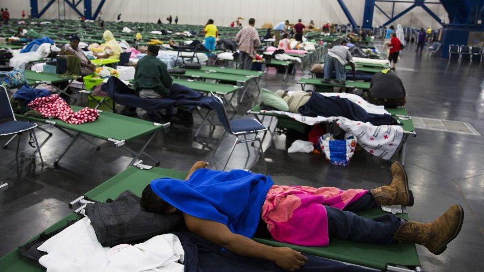 Cientos de personas han recibido cobijo temporal en el centro de convenciones George Brown de Houston