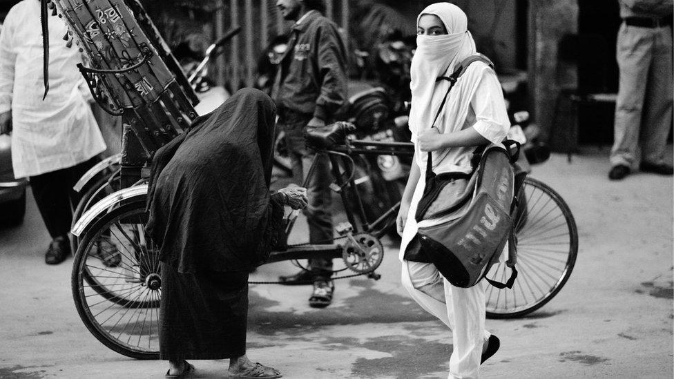 যৌন হয়রানির প্রতিবাদের ভিডিও ভাইরাল: চুপ থাকছেন না নারীরা