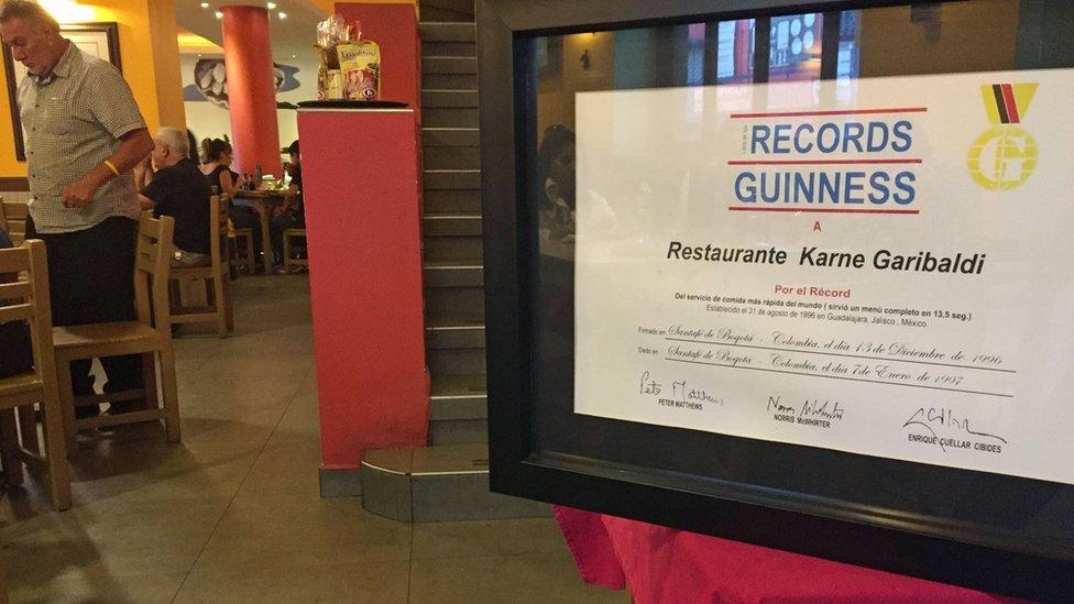 Récord Guinness al servicio más rápido del mundo que el Karne Garibaldi expone en su local de Santa Tere.
