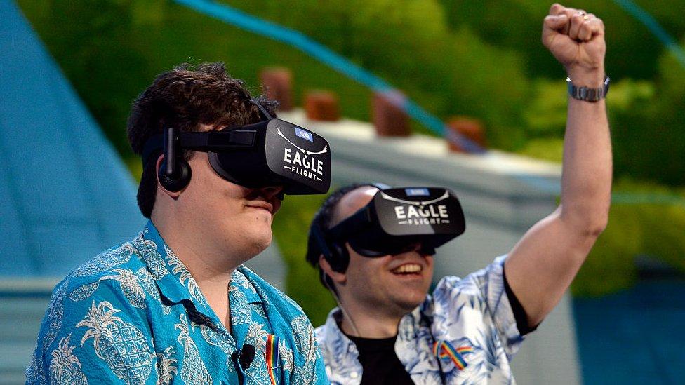 A los 16 años comenzó a desarrollar el primer prototipo de sus gafas de realidad virtual.