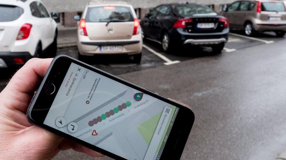 ANDRZEJ GRYGIEL/EPA Beberapa aplikasi menawarkan pencarian tempat parkir yang tersedia di dekat pengendara.