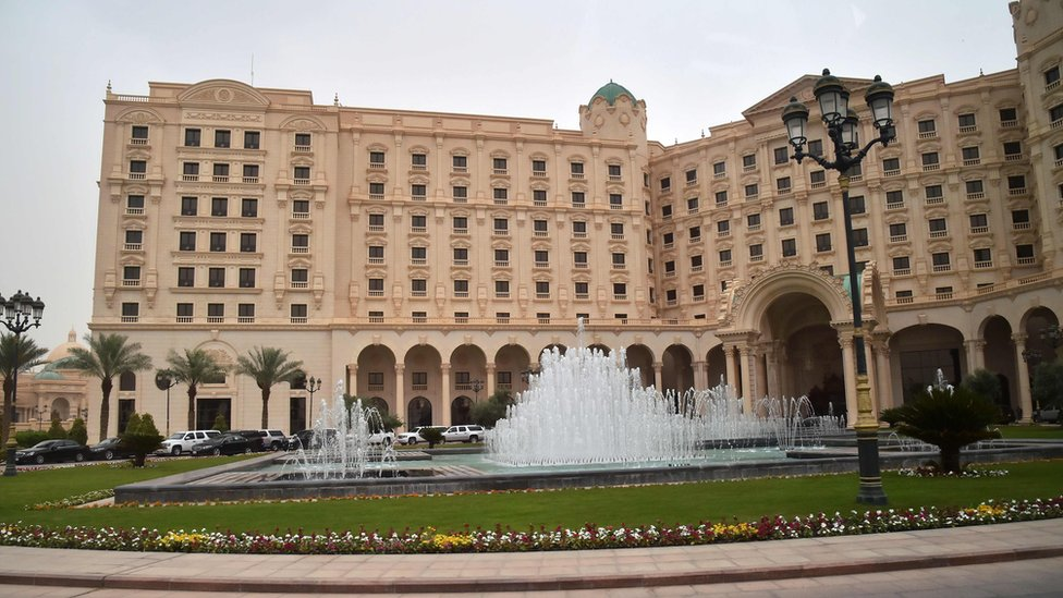 """تحتجز السلطات السعودية أغلب المشتبه بهم في فندق """"ريتز-كارلتون"""" الفخم بالعاصمة الرياض."""