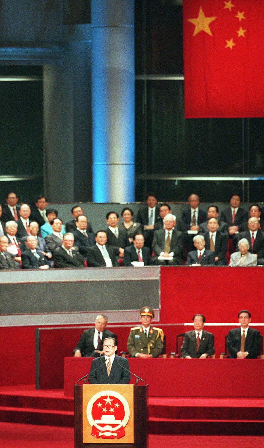 江澤民以中國領導人身份在中英政權交接儀式上致詞。