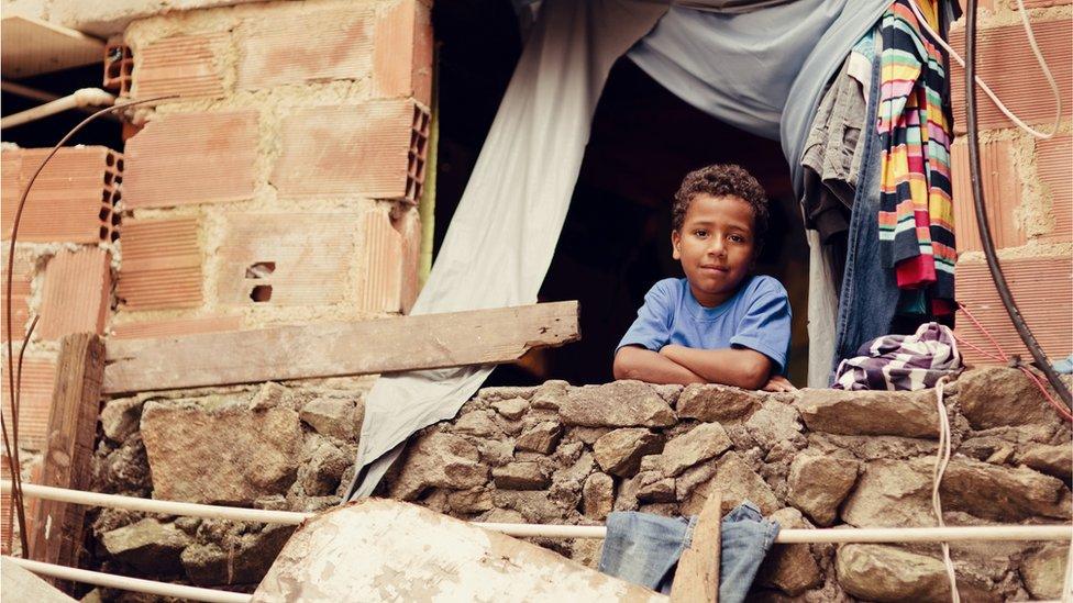 Un niño en un barrio pobre de América Latina (Foto: RichVintage)