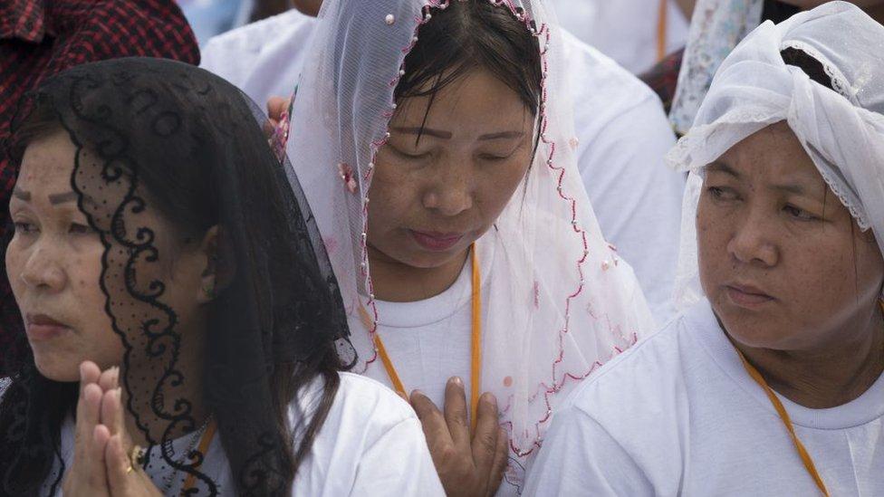 Mujeres cristianas rezando