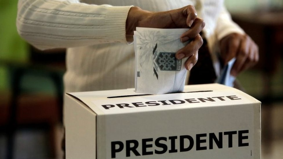 Un votante introduce su papeleta en una urna durante la primera vuelta de las elecciones presidenciales en San José, Costa Rica, el 4 de febrero de 2018.