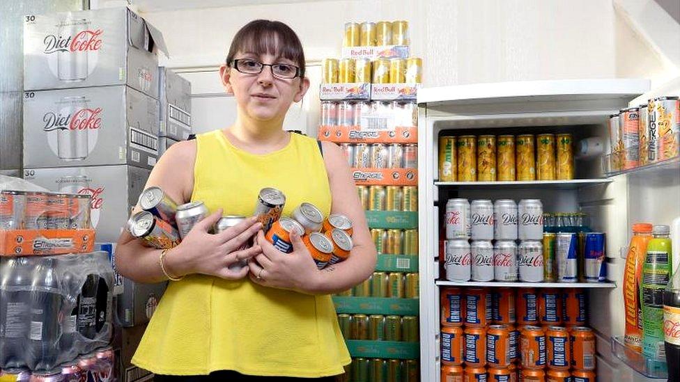 Emma Forrest en la despensa de su casa rodeada de latas de refrescos y bebidas energéticas. (Foto de Neil Hanna/Platform Press/BBC Scotland)