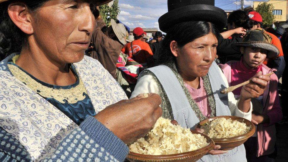 Mujeres bolivianas comiendo quinoa