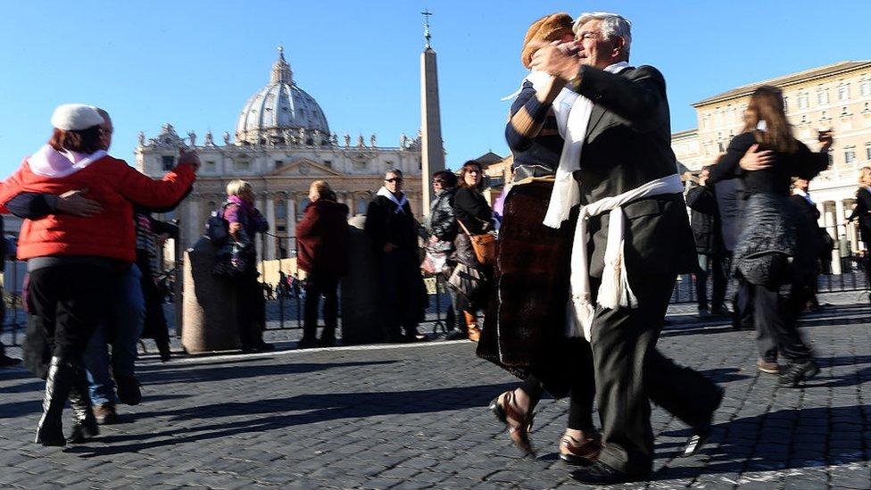 Gente bailando tango en la Plaza de San Pedro