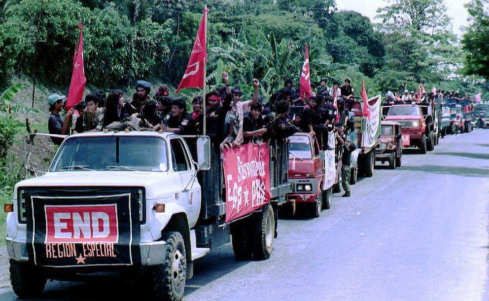 Guerrilleros desmovilizándose en El Salvador en 1992.