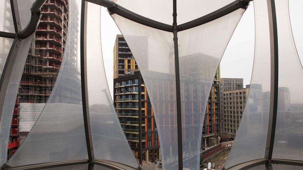 El edificio fue construido en un nuevo desarrollo inmobiliario al suroeste de Londres, junto al río Támesis.