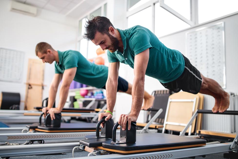 El método Pilates ayuda a prevenir lesiones fortaleciendo el CORE, aumentando la flexibilidad y mejorando la postura del cuerpo.
