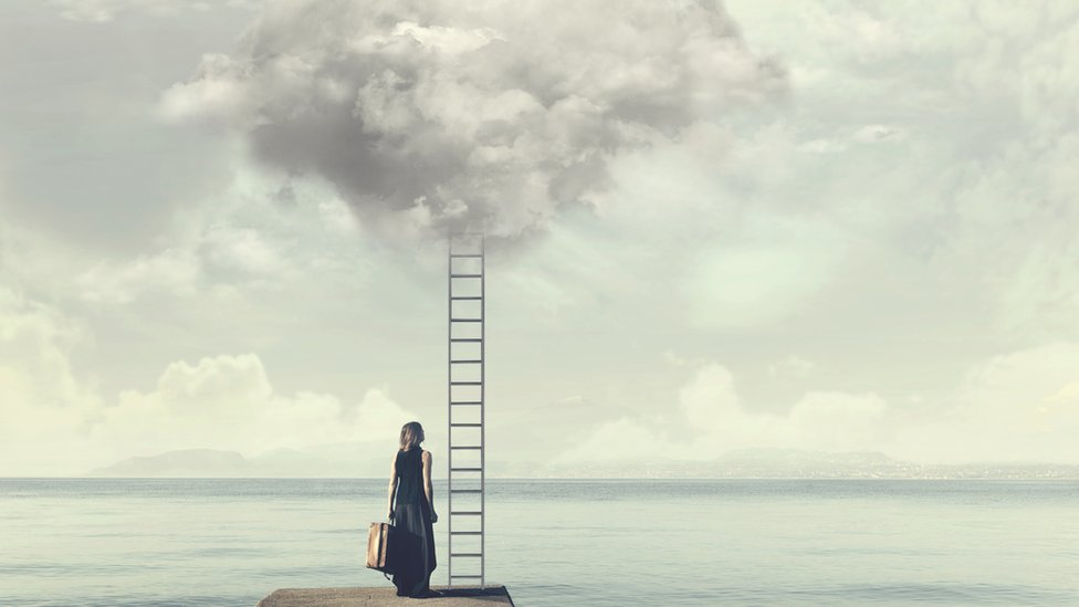 Mujer mirando escalera que sube al cielo