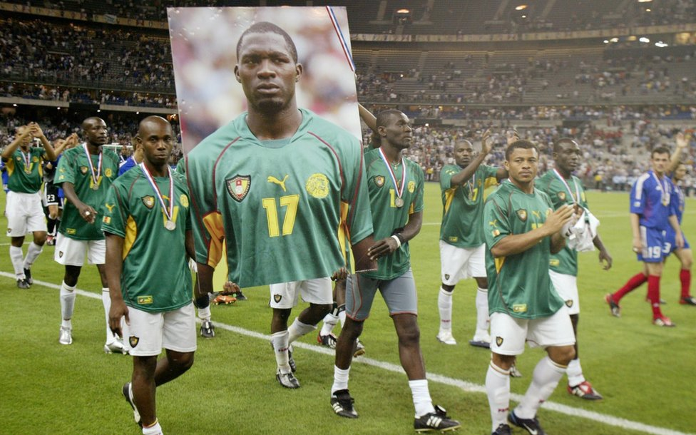 Jugadores de Camerún recuerdan a su compañero Marc Vivien Foe, una imagen que se volvió a repetir este domingo previo al partido entre Chile y el seleccionado africano en la Copa Confederaciones..