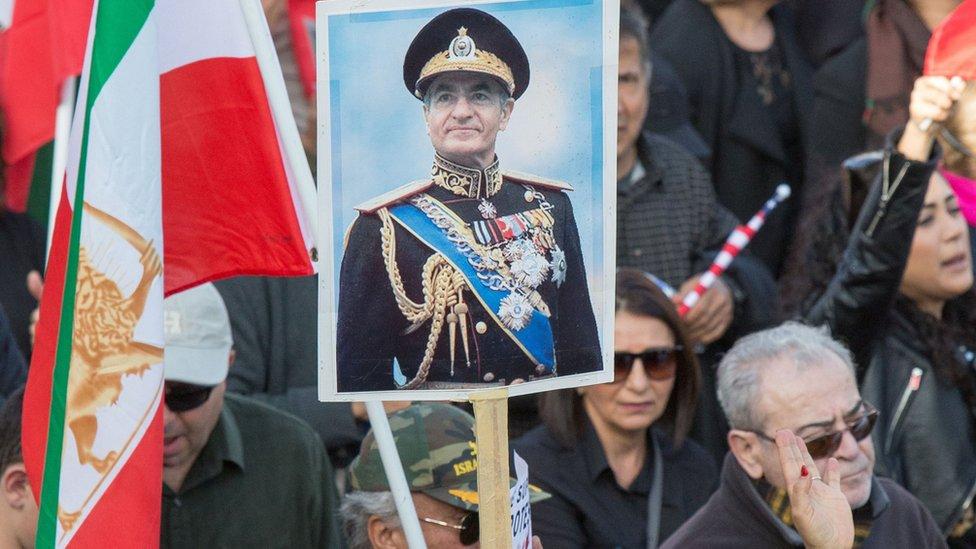 في الولايات المتحدة خرجت مظاهرات مناوئة للحكومة الإيرانية ورفعت صور الشاه
