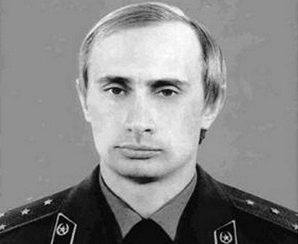 Vladimir Putin en uniforme de la KGB