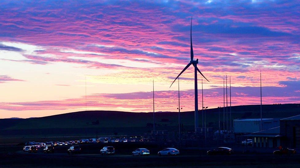 El sistema almacena energía de una granja eólica cercana.