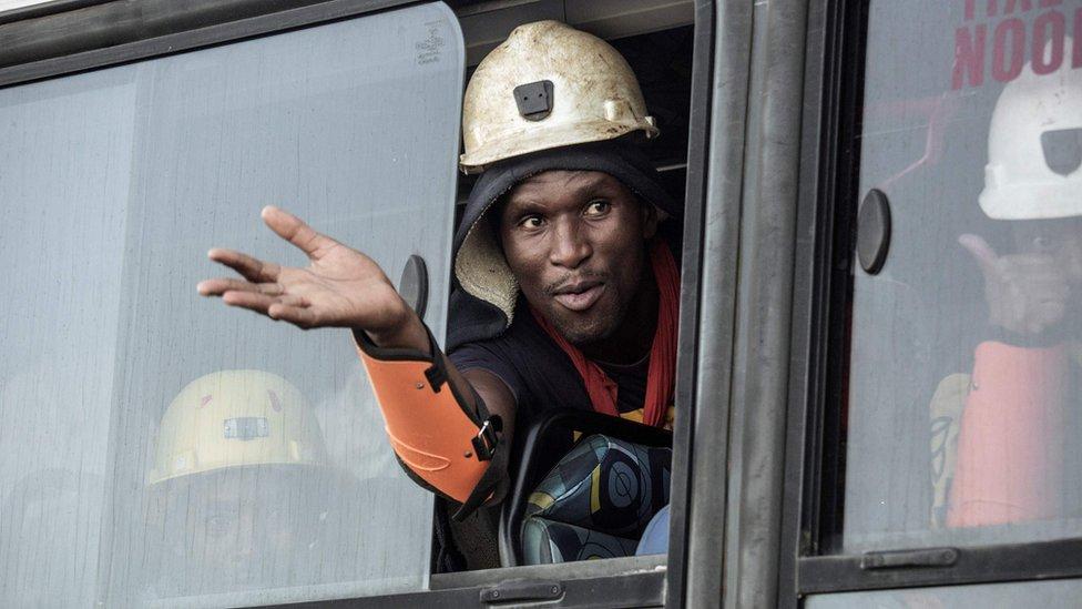 Із «золотої» копальні в ПАР дістали майже тисячу шахтарів