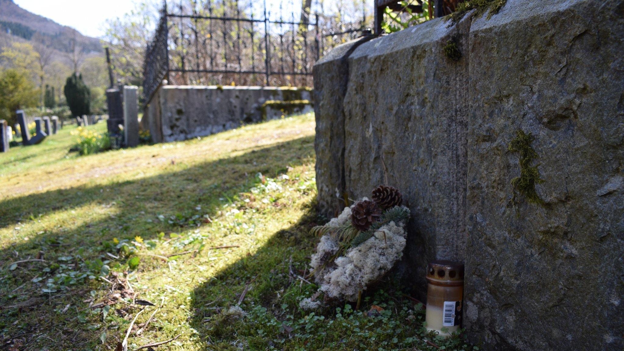 Tumba sin inscripción donde fue enterrada la mujer de Isdal.