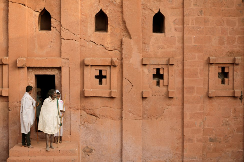 حجاج إثيوبيون يغادرون إحدى الكنائس بعدما أدوا الصلاة الصباحية.