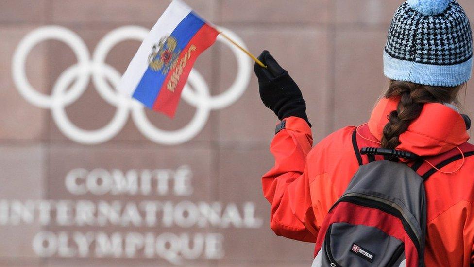 مشجعة ترفع العلم الروسي