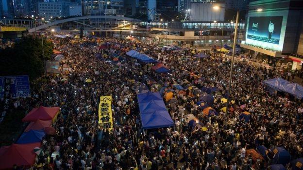 """發生在2014年9月底的""""佔中""""堵路示威在金鐘、旺角和銅鑼灣三處地點持續了79天。"""