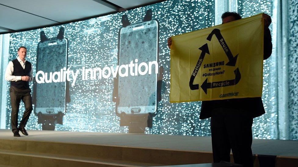 Greenpeace presionó a Samsung durante el Mobile World Congress. La empresa ha respondido a las críticas.