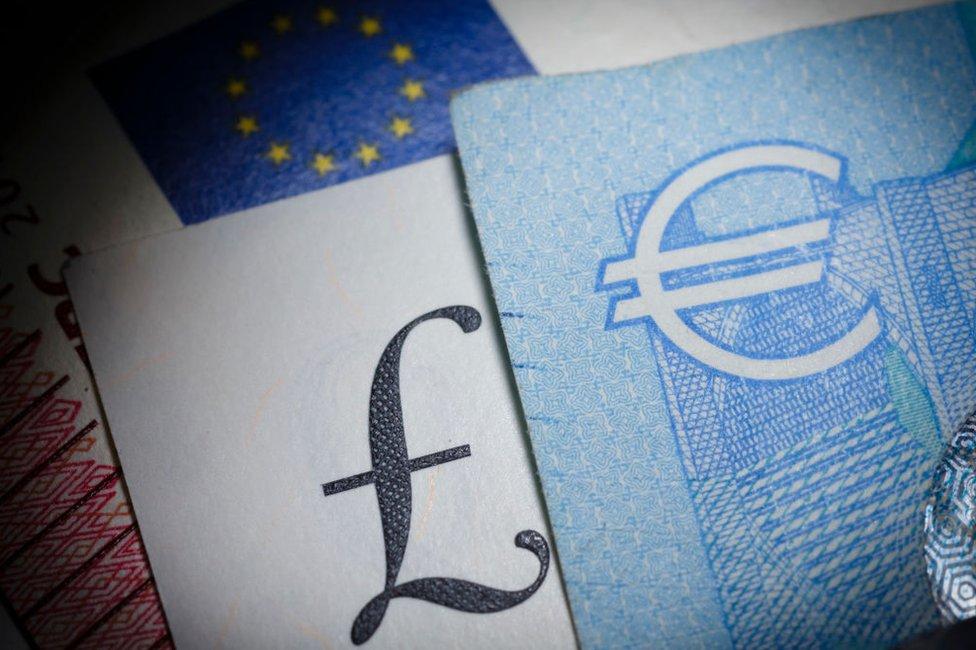 Billetes de libra y de euro.