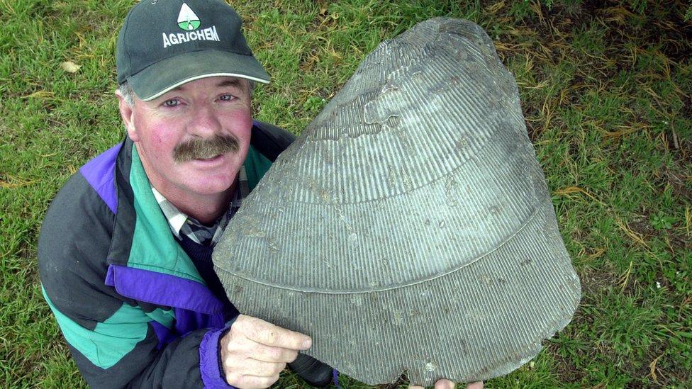 Alasdair McLeod. de Nueva Zelanda, sostiene lo que se cree es un trozo de un satélite ruso que se desintegró sobre ese país en 1972