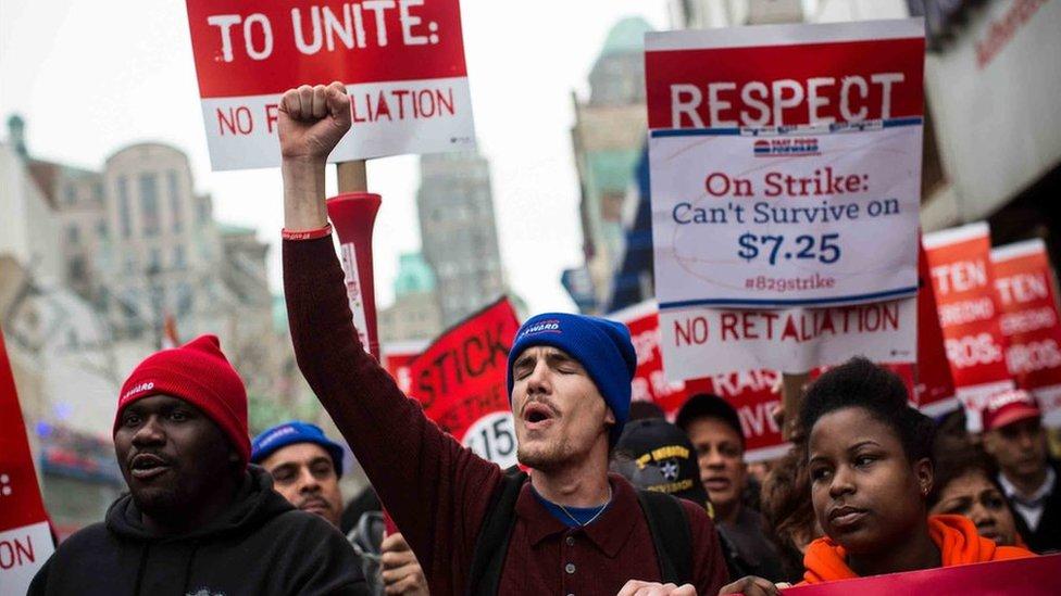 Trabajadores de salarios bajos protestan para pedir un aumento del sueldo mínimo.
