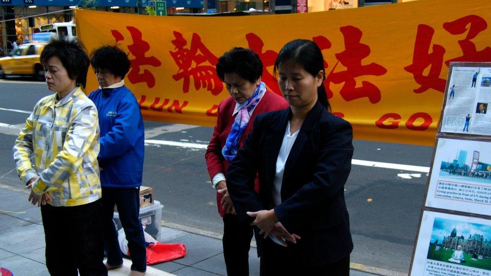 支持法輪功的活動人士認為,在中國有50-100萬法輪功學員被監禁 ,在2000到2008年期間約65,000名法輪功信徒被殺後他們的身體器官被取走。(資料圖片)