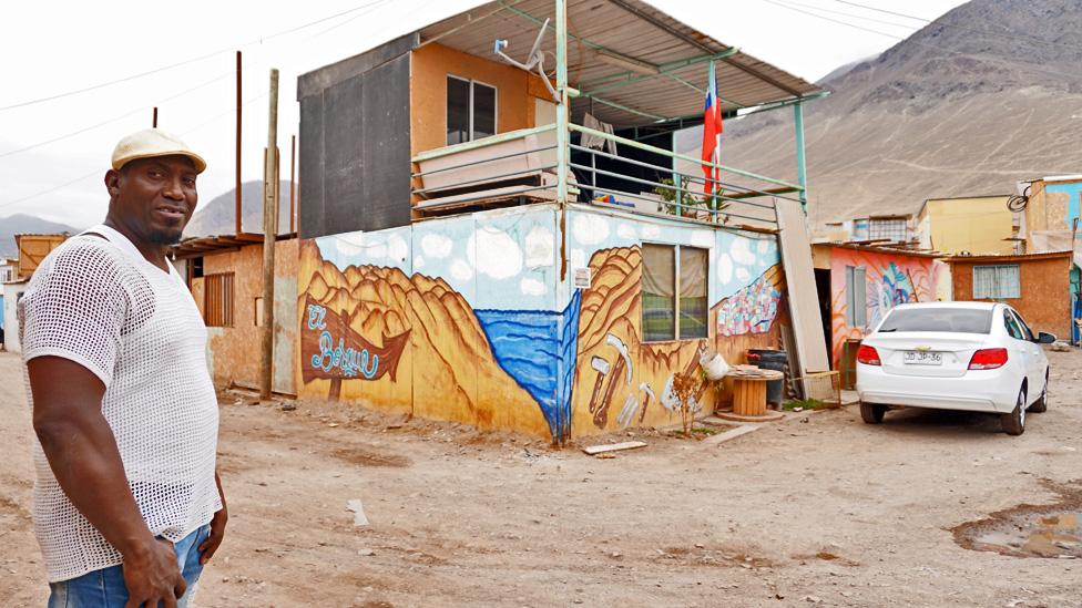 Jonny Montaño lleva tres años en Antofagasta. Trabaja como soldador, uno de los empleos más comunes entre colombianos de la ciudad.