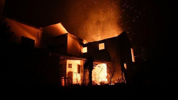 منزل يحترق