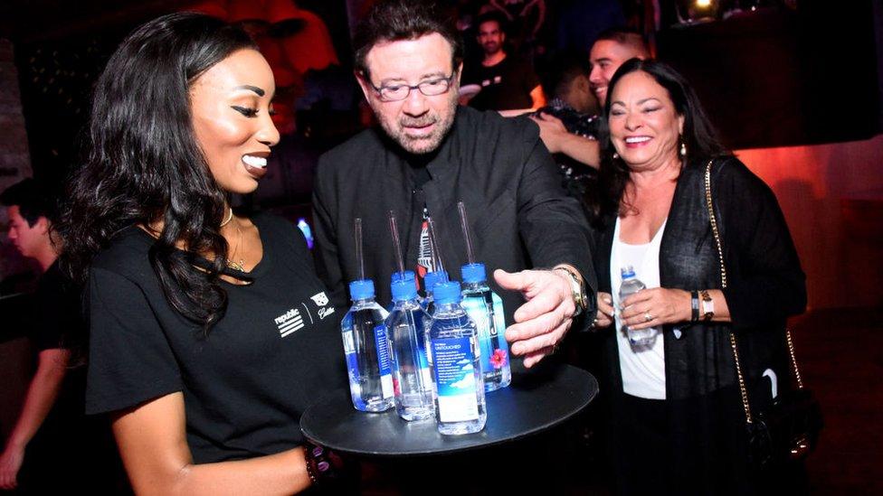 En restaurantes, fiestas y hoteles de lujo se distribuye el agua Fiji.